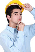 Een bouwvakker houden een set sleutels voor het. — Stockfoto