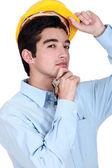 Ein bauarbeiter holding eine reihe von schlüsseln. — Stockfoto