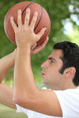 Man playing basketball — Stock Photo