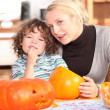 Mother and child carving pumpkins — Stock Photo