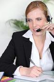Sekretär nimmt einen anruf — Stockfoto