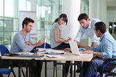 Kantoor werknemer en collega's uitschakelen — Stockfoto