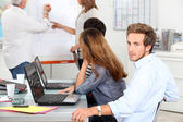 Giovane in un briefing sales — Foto Stock