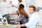 Jovem em uma reunião de vendas — Foto Stock