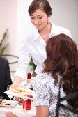 Serveerster serveren een starter pate in een restaurant — Stockfoto