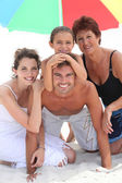 在沙滩上一起家庭 — 图库照片