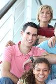 Arkadaş grubu merdivenlerde oturan neşeli adam — Stok fotoğraf