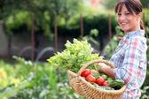 Kvinnan i hennes köksträdgård — Stockfoto