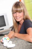 Mujer joven con un controlador de juegos de computadora — Foto de Stock