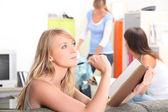 Teenager-mädchen-überarbeitung zu hause — Stockfoto