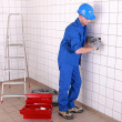 Electrician wiring a large tiled room - Foto de Stock