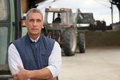 Landwirte mit ihren traktoren arbeiten — Stockfoto