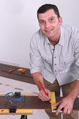 男子用一支铅笔标记地板 — 图库照片