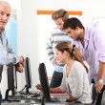 Manager und sein Team arbeiten am Computer — Stockfoto