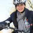 Female cyclist wearing a helmet — Stockfoto