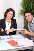 Businesspeople signing contract — Stockfoto
