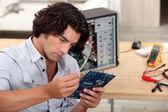 Uomo riparazione pc — Foto Stock