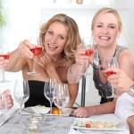 Grupo de adultos a tener una cena — Foto de Stock