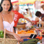 Woman shopping at an outdoor market — Stock Photo