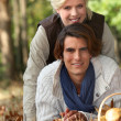 Couple in autumnal setting — Foto de Stock