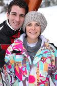 Paar op een ski-oord — Stockfoto