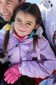 她的爸爸在雪地里的小女孩 — 图库照片