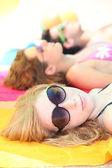 Adolescente, banhos de sol com os amigos — Foto Stock