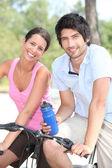Par ciclismo juntos — Foto de Stock