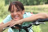 Ritratto di una donna in bici — Foto Stock