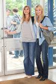 Las alumnas apertura puerta — Foto de Stock