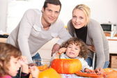 Family carving pumpkins together — Stockfoto