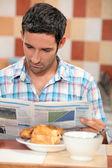 парень, завтрак — Стоковое фото