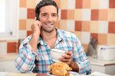 Homme prenant son petit déjeuner — Photo