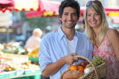 Couple shopping at local market — Stock Photo