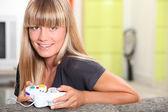 Blondýna teenager hrát video hry — Stock fotografie