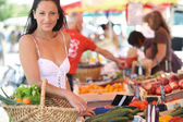 Woman shopping at an outdoor market — Foto de Stock