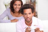 Kvinna som tittar på hennes pojkvän spelar Tv-spel — Stockfoto