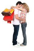 Hombre abrazando a su novia — Foto de Stock