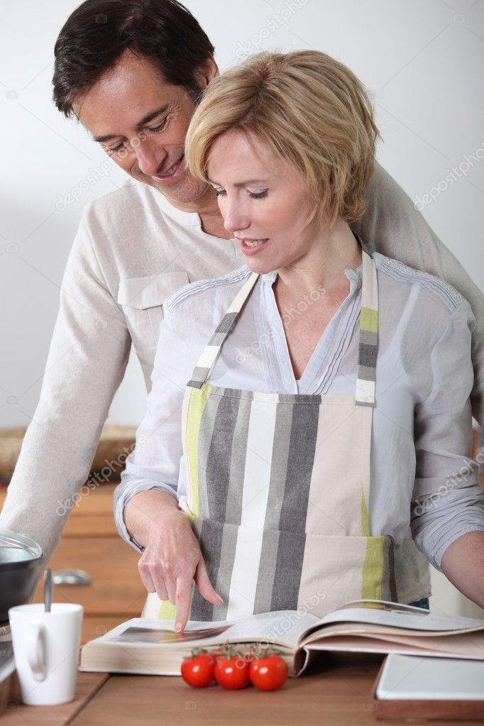 Couple looking at cookery book — Stock Photo #7717282