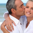 Couple kissing on a beach — Stockfoto