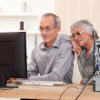 Elderly couple learning computer skills — Stock fotografie