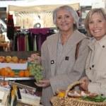 twee senior vrouwen winkelen op de markt — Stockfoto