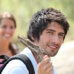 若いカップルのハイキング — ストック写真