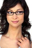 Portret van een vrouw die kijken uit de hoek van haar oog — Stockfoto