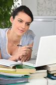 Mujer estudiando desde casa — Foto de Stock