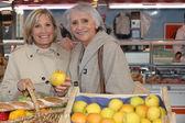 Senior women in the market — Foto de Stock