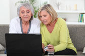 Women buying online — Stockfoto