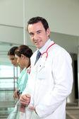 Junger arzt und zwei krankenschwestern im krankenhaus — Stockfoto