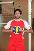 Volejbalový hráč s míčem před síť — Stock fotografie