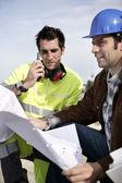 Engenheiros de site com um walky talky — Foto Stock